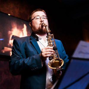 Саксофонист на встречу гостей